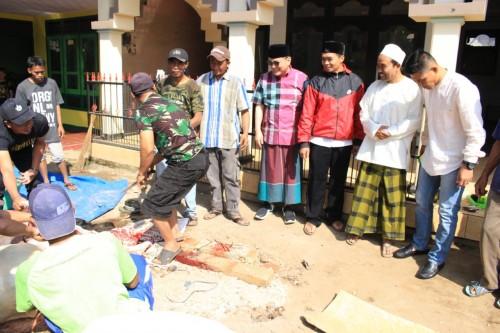 Iwan Kurniawan (peci hitam berkacamata) saat menyaksikan langsung proses penyembelihan hewan kurban (istimewa)
