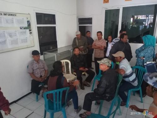 Warga saat mendatangi Kantor Kelurahan Mulyorejo (Anggara Sudiongko/MalangTIMES)