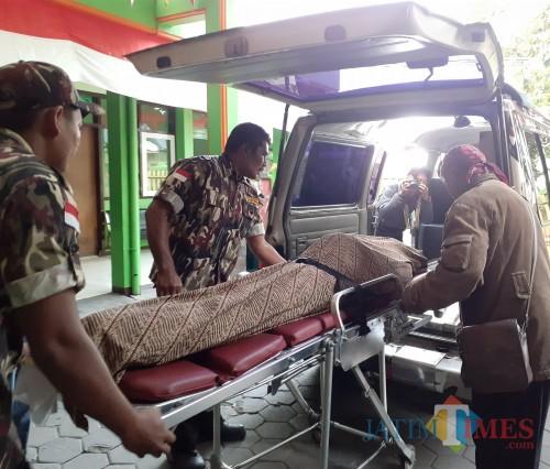Jenazah Budi Ayuga saat akan dimasukkan ke mobil jenazah (Arifina Cahyanti Firdausi/MalangTIMES)