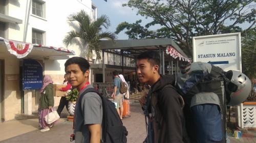 Para penumpang saat akan masuk ke Stasiun Kotabaru Malang. (Foto: Nurlayla Ratri/MalangTIMES)