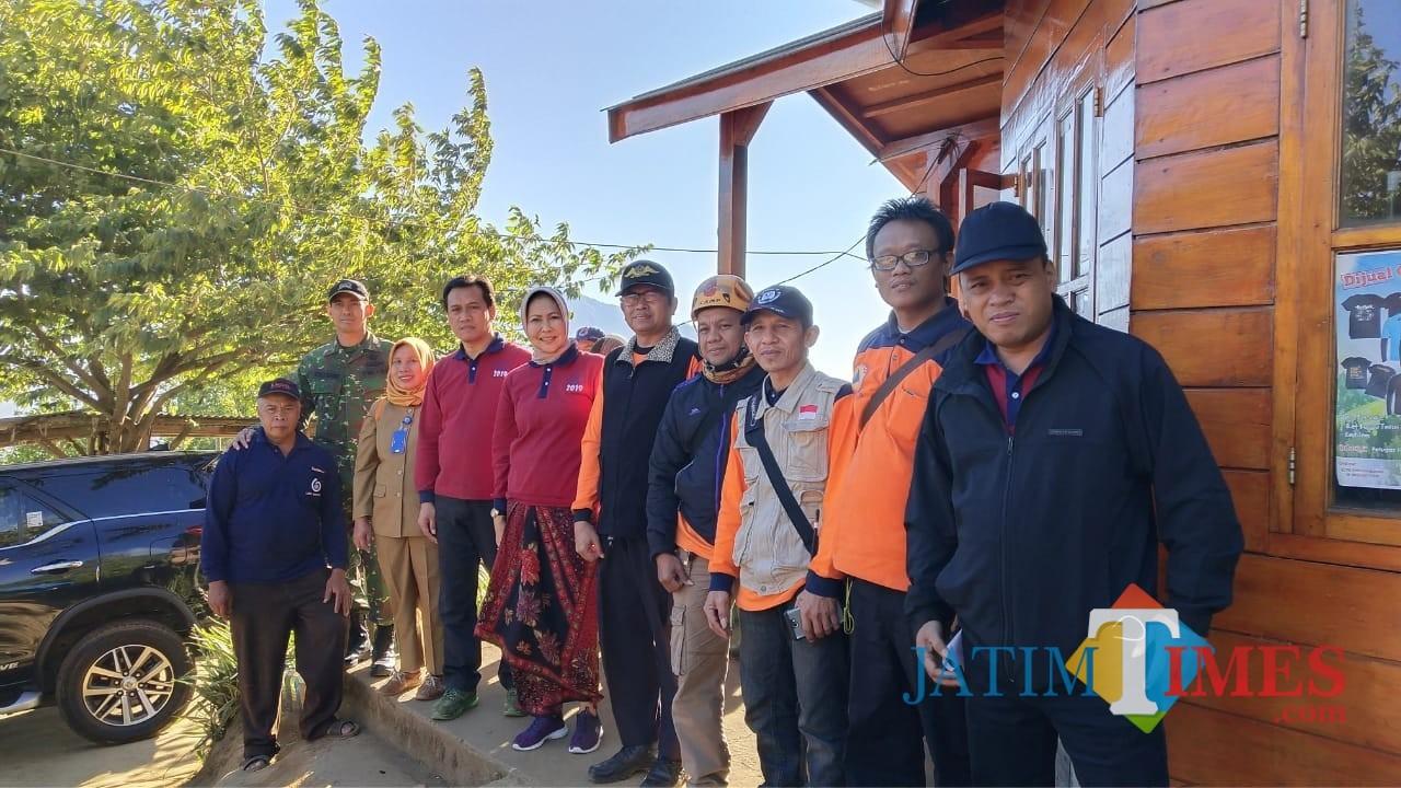 Wali Kota Batu Dewanti Rumpoko saat meninjau kebakaran Gunung Panderman dari pos pantau Gunung Panderman, beberapa saat lalu.