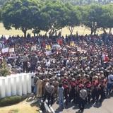 Ribuan buruh PDP Kahyangan saat menggelar aksi demo di depan kantor Pemkab Jember. (foto : Moh. Ali Makrus / Jatim TIMES)