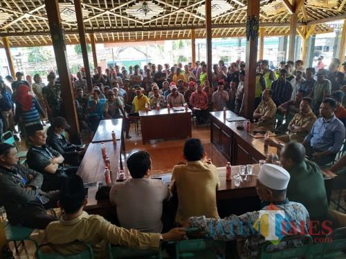 Situasi di balai desa Pelem, Kecamatan Campurdarat. Ratusan warga tolak makam di Pondok Pesantren Gus Maksum. / Foto : Anang Basso / Tulungagung TIMES