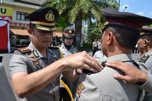 Kapolres Batu AKBP Budi Hermanto saat penyematan tanda pangkat di halaman Mapolres Batu, Selasa (13/8/2019).