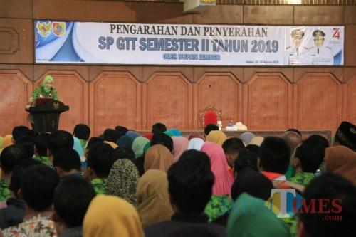 Bupati Jember saat menjelaskan tentang alasan terbitnya SP GTT di aula Pemkab Jember kepada ribuan GTT (foto : Moh. Ali Makrus / Jatim TIMES)
