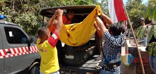 Anggota Polsek Diwek saat mengevakuasi mayat yang ditemukan warga di kebun bambu Desa Bandung, Kecamatan Diwek, Jombang. (Foto : Adi Rosul / JombangTIMES)