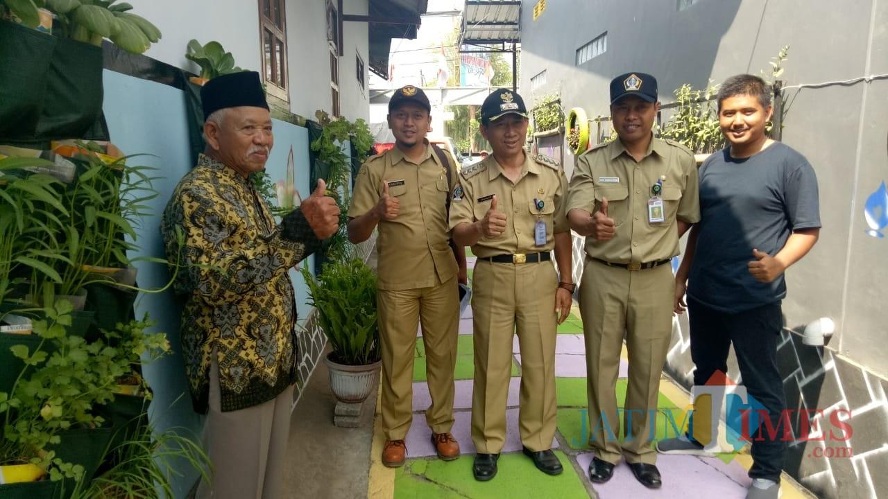 Tim penilai dari DLH Pemkab Blitar saat melakukan penilaian.(Foto : Malik Naharul/BlitarTIMES)
