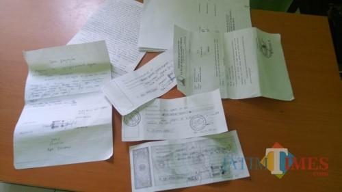 Bukti-Bukti kwitansi pembayaran dan juga surat perjanjian untuk menipu korban (Anggara/Sudiongko)