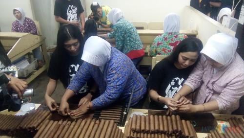 Finalis Gus dan Ning Jember saat belajar membuat cerutu Handmade dari karyawan PT. BIN Cigar Jember (foto : Moh. Ali Makrus / Jatim TIMES)