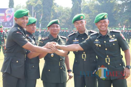 Danrem 081/DSJ bersama pejabat utama yang sertijab.(Foto : Aunur Rofiq/BlitarTIMES)