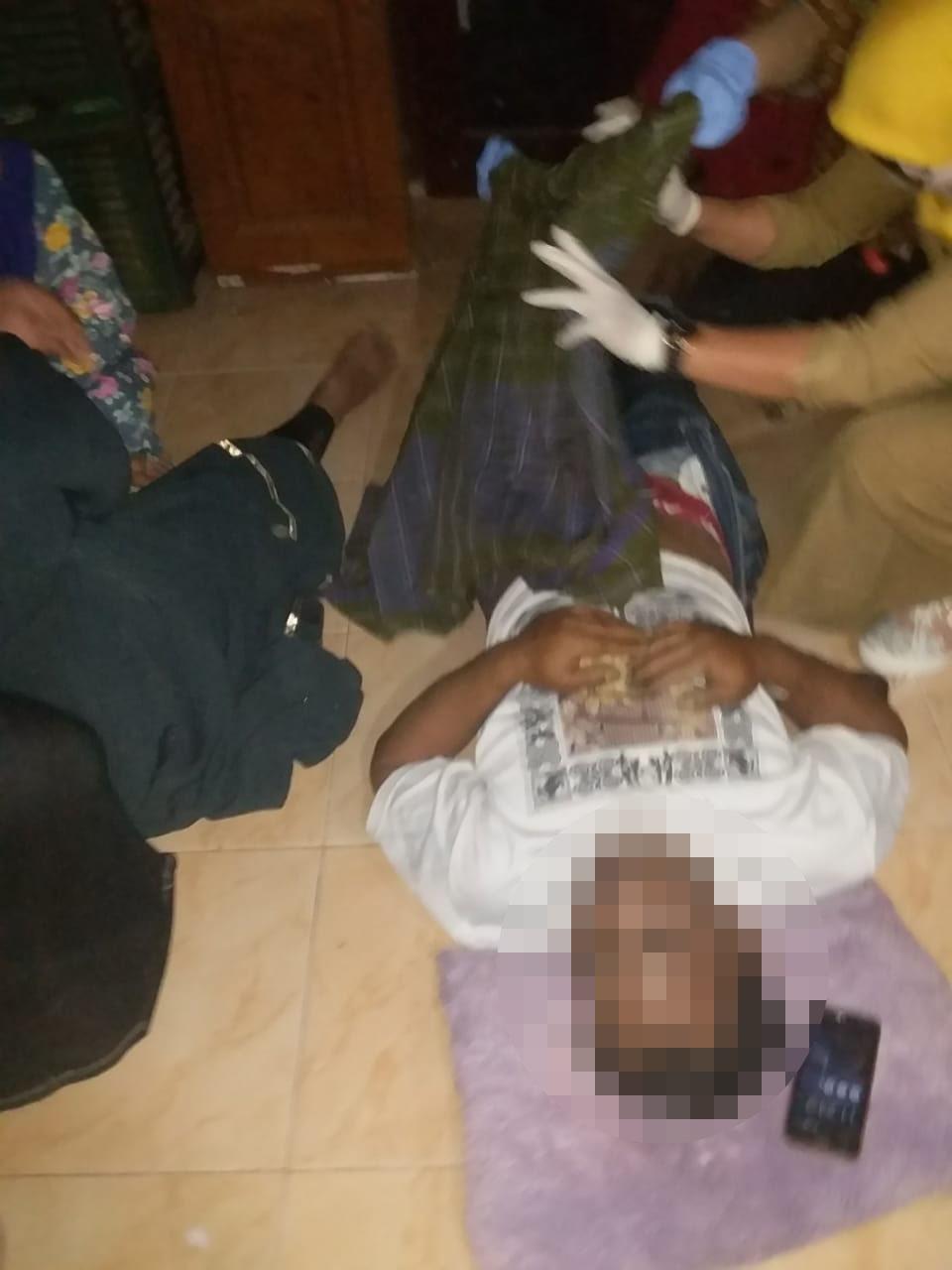 Kondisi jenazah korban bunuh diri saat dievakuasi petugas. (Foto : Humas Polres Malang for MalangTIMES)