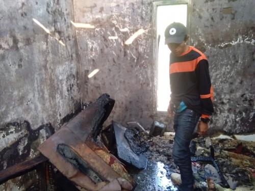 Petugas saat mengecek kondisi ruang tamu yang terbakar di Jalan Patimura RT 05 RW 07 Kelurahan Temas, Kecamatan Batu, Selasa (13/8/2019).