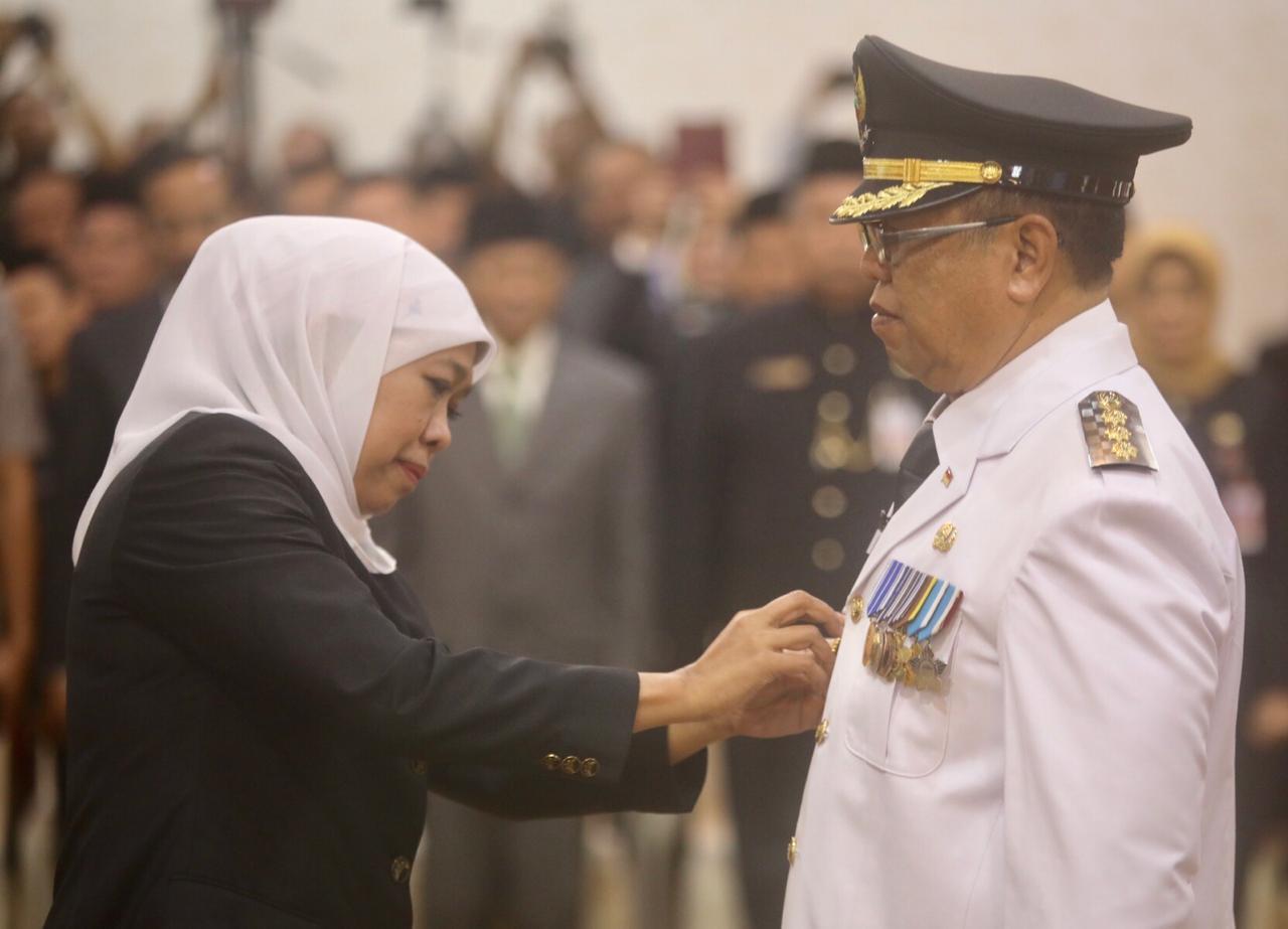 Maryoto menandatangi SK pengangkatan dirinya sebagai Bupati Definitif Tulungagung disaksikan Gubernur Jatim, Khofifah Endar Parawansa (foto : Joko Pramono/Jatim Times)