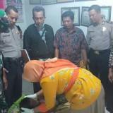 Korban saat sedang dilakukan pemeriksaan oleh tim dokter dari Puskesmas Tembelang. (istimewa)