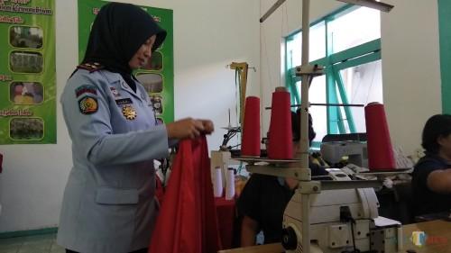 Kepala Lapas Wanita Klas II Sukun Malang Ika Yusanti saat meninjau bengkel kerja warga binaan pemasyarakatan. (Foto: Nurlayla Ratri/MalangTIMES)