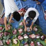 Tanamkan Cinta Lingkungan ke Siswa, Madrasah di Jombang Manfaatkan Daun Jati untuk Bungkus Daging