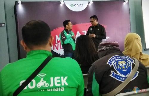 Wakil Wali Kota Malang Sofyan Edi Jarwoko saat berdialog dengan salah satu mitra driver Gojek. (Foto: Nurlayla Ratri/MalangTIMES)