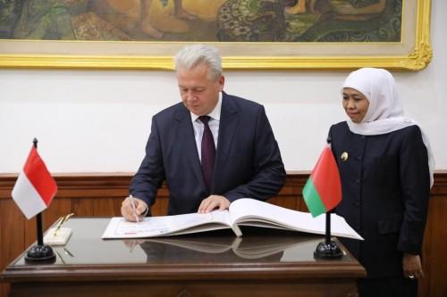 Gubernur Khofifah usai menerima Duta Besar Belarus H. E. Valery Kolesnik di Gedung Negara Grahadi