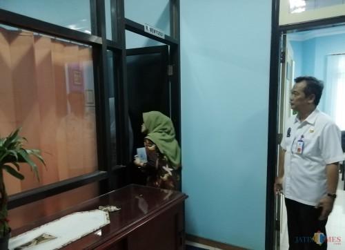Tim Kemen PAN-RB meninjau ruang laktasi di kantor DPMPTSP Kabupaten Malang sebagai salah satu fasilitas pelayanan bagi masyarakat. (Nana)
