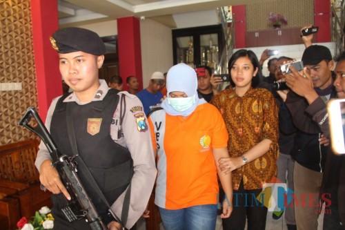 Tersangka Dwisanti ditahan di Mapolres Blitar.(Foto : Aunur Rofiq/BlitarTIMES)