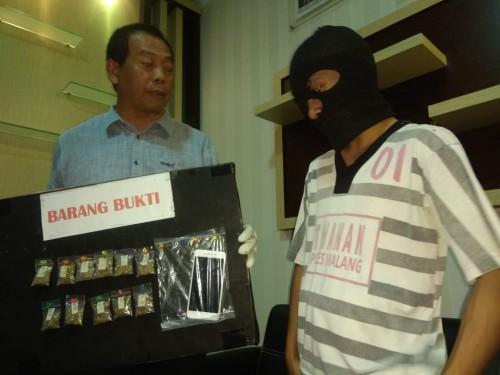 Arif Dwi Affandi (kanan) tersangka beserta barang bukti narkoba jenis ganja saat sesi rilis (Foto : Satrskoba Polres Malang for MalangTIMES)