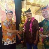 Perupa Mohammad Arifin, diapit Ketua DKB dr. Taufiq Hidayat dan Resort Manager Hotel Ketapang Indah, Pungky Kusuma