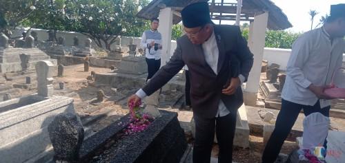 Bupati Situbondo saat tabur bunga di makam Kiai Pateh Saleh. (Foto Sony Haryono/Situbondo TIMES)