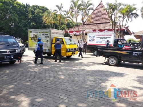 Petugas Dishub Kota Malang saat melakukan razia kendaraan angkutan barang di Taman Krida Budaya Kota Malang. (Arifina Cahyanti Firdausi/MalangTIMES)