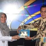 Eny Endarjati  Asisten Perekonomian dan Pembangunan Pemerintah Kota Kediri menerima kenang kenangan dari TPID Kota Palembang. (eko Arif s /JatimTimes)