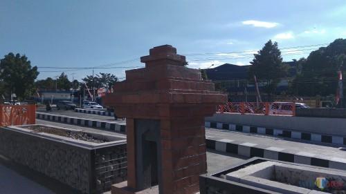 Miniatur candi sebagai ornamen penghias underpass Karanglo, di Kecamatan Singosari, Kabupaten Malang. (Foto: Nurlayla Ratri/MalangTIMES)