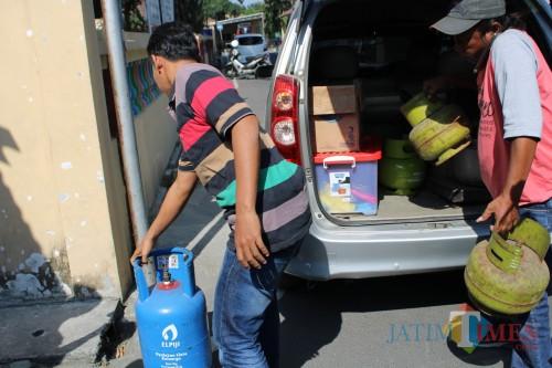 Sebagian barang bukti elpiji saat diturunkan dari mobil oleh anggota Satreskrim Polres Jombang. (Foto : Adi Rosul / JombangTIMES)
