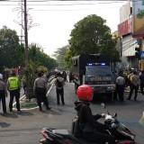 Suasana mencekam saat aksi saling lempar batu di peremoatan Rajabali Kota Malang (Pipit Anggraeni/MalangTIMES)