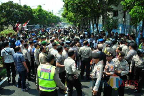 Suasana mencekam saat aksi saling lempar batu di perempatan Rajabali, Kota Malang. (Pipit Anggraeni/MalangTIMES)