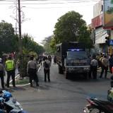 Suasana mencekam saat aksi saling lempar batu di perempatan Rajabali Kota Malang. (Pipit Anggraeni/MalangTIMES)