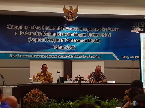 Kepala Seksi Pembinaan Penanaman Modal DPMPTSP Provinsi Jawa Timur, Samsul Arifin (kiri) saat memberikan sosialisasi LKPM pada pelaku usaha Kabupaten Malang (Arifina Cahyanti Firdausi/MalangTIMES)