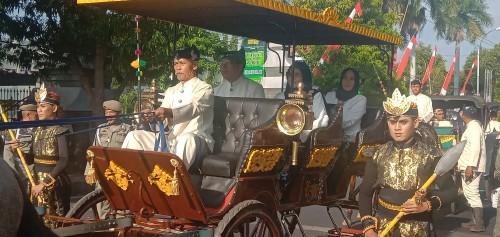 Bupati dan wabup bersama istri menaiki kereta kencana kuda pada kegiatan kirab Harjakasih.