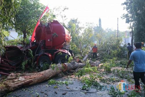 Proses evakuasi truk tangki Pertamina yang mengalami kecelakaan di Jl Gatot Subroto, Kelurahan Jelakombo, Kabupaten Jombang. (Foto : Adi Rosul / JombangTIMES)
