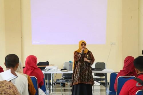 Kasi Peningkatan Kapasitas Lingkungan DLH Kota Malang, Galuh Nawang R. ST, MT saat memberikan materi (DLH for MalangTIMES)