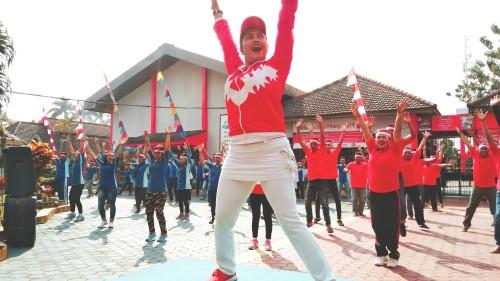 warga binaan dan pegawai Lapas Tulungagung saat mengikuti senam bersama (foto : Joko Pramono/JatimTIMES)