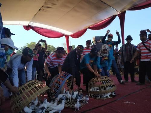 Camat dan PemDes Ampelan melepas merpati dalam rangkaian acara pawai budaya (Foto : Indra Setiawan/BondowosoTIMES))
