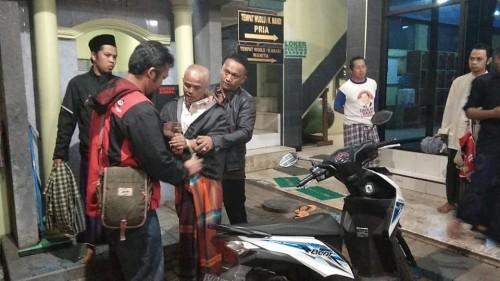 Pelaku pelecehan seksual terhadap jamaah putri (kepala plontos) saat diamankan pihak takmir masjid (Foto : Istimewa)