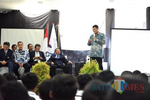 Walikota Kediri Abdullah Abu Bakar menjadi pemateri dalam kegiatan Pengenalan Kehidupan Kampus. (eko Arif s)