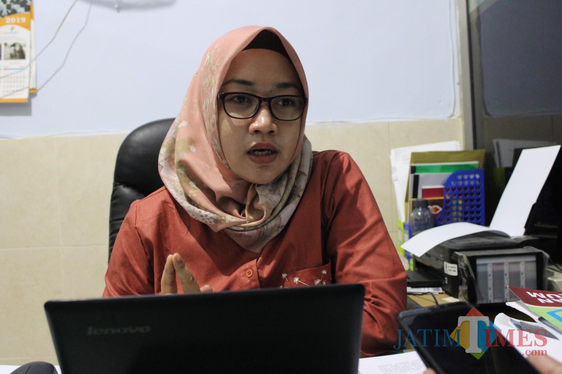 Rika Paur Fibriamayusi saat diwawancarai di kantornya. (Foto : Adi Rosul / JombangTIMES)