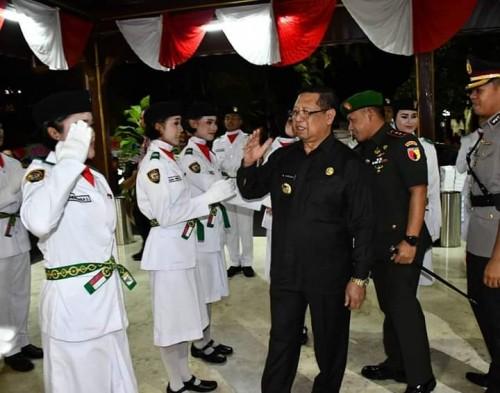 Bupati Tulungagung, Maryoto Birowo didampingi Forkopimda memberi selamat kepada anggota Paskibraka (foto : dok. Humas Tulungagung)
