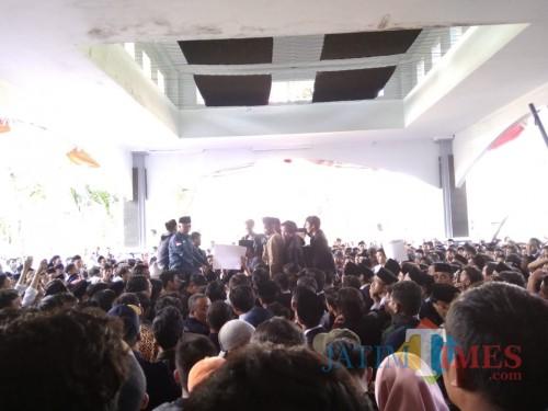 Demo mahasiswa UIN Malang. (Foto: Imarotul Izzah/MalangTIMES)