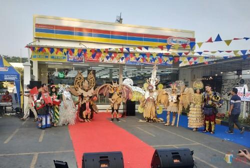Sejumlah peserta fashion show yang digelar Indomaret cabang Malang saat memperagakan busananya (Hendra Saputra)