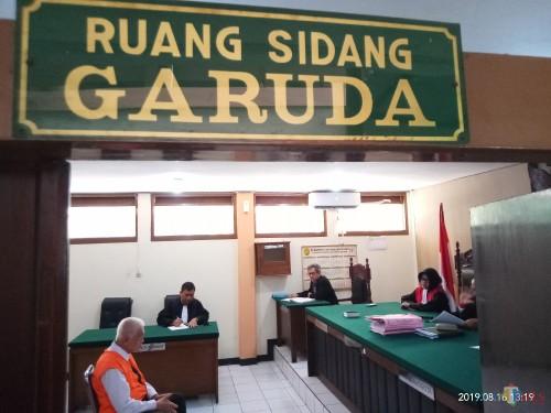 Terdakwa saat duduk dihadapan majelis Hakim menjalani persidangan (Anggara Sudiongko/MalangTIMES)
