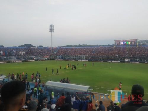 Suasana kegembiraan Arema FC setelah mengalahkan Persebaya (Hendra Saputra)