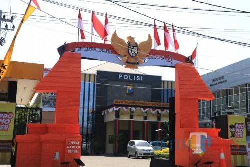 Meriahkan Dirgahayu Republik Indonesia Ke- 74, Polres Kediri Percantik Pintu Masuk Markasnya. (Foto: Bambang Setioko/JatimTIMES)