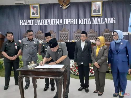 Prosesi penandatangan pengesahan KUA-PPAS APBD ta 2020 Kota Malang di ruang rapat paripurna DPRD Kota Malang (Arifina Cahyanti Firdausi/MalangTIMES)